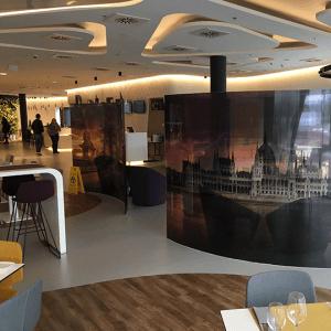 Az üvegpanelek az étterem felől