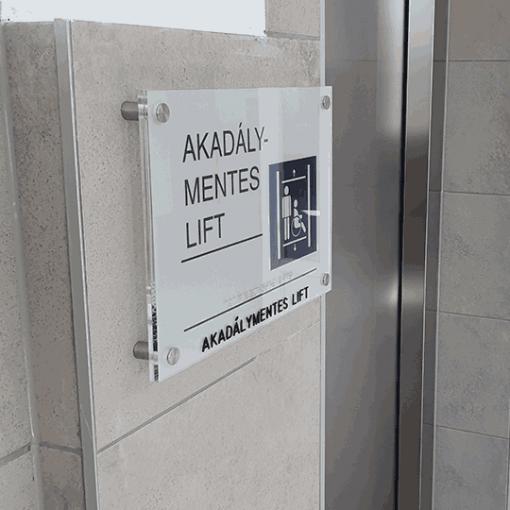 Eligazító tábla tapintható és Braille felirattal
